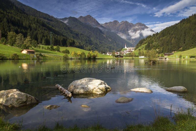 Village de montagne de Muehlwald au Tyrol du sud, Ital photos stock