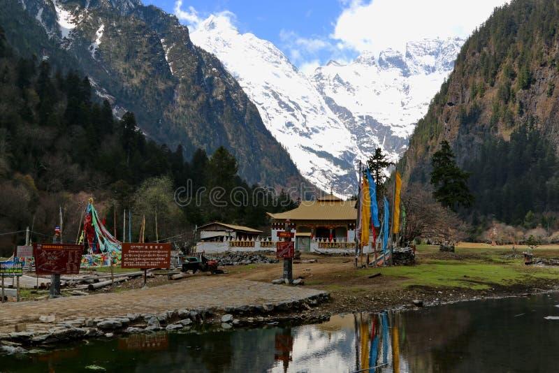 Village de montagne de neige, village de Qubeng, Yunnan, Chine images libres de droits