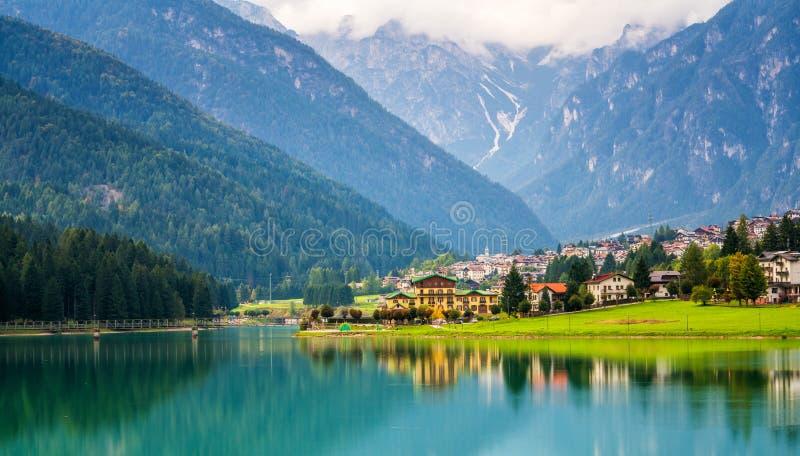 Village de montagne en Auronzo di Cadore, Italie image stock