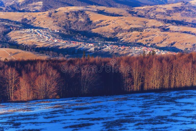 Village de montagne en hiver image stock