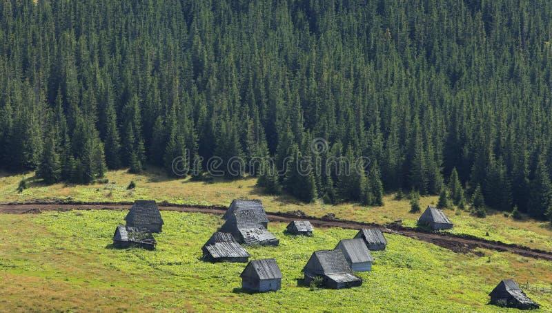 Village de montagne en Transylvanie, Roumanie photos stock