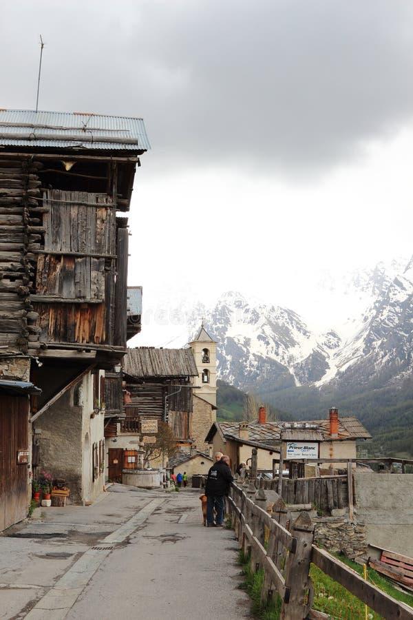 Village de montagne idyllique de saint-Véran, France images stock
