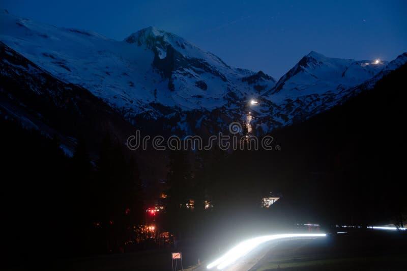 Village de montagne la nuit image stock