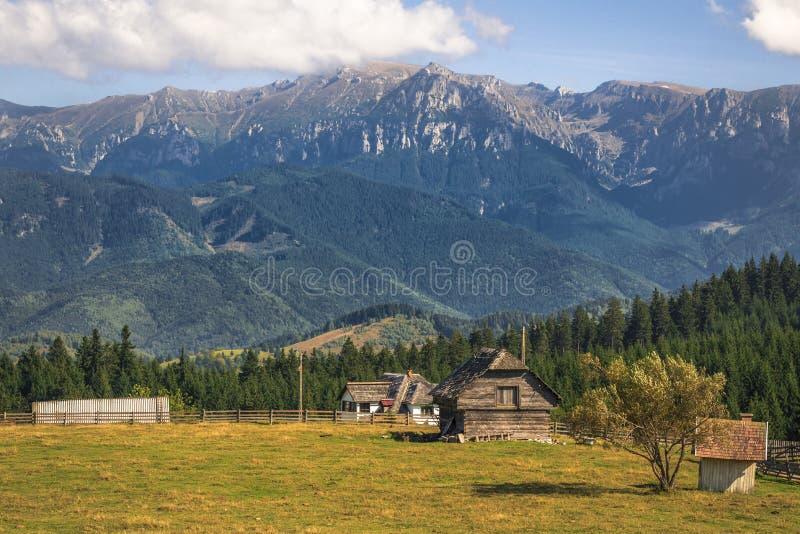 Village de montagne - montagnes carpathiennes photographie stock libre de droits