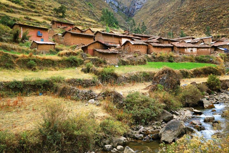 Village de montagne péruvien photo stock