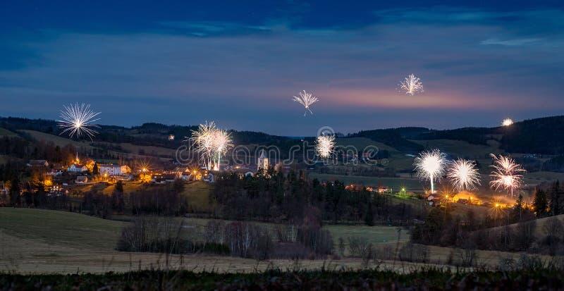 Village de montagne de Petrovice, République Tchèque la nuit photo stock