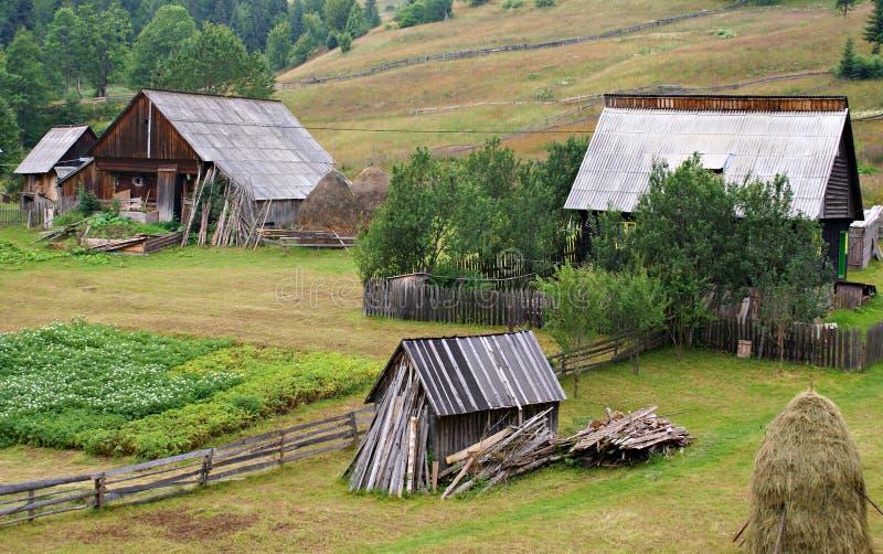 Village de montagne roumain traditionnel images stock