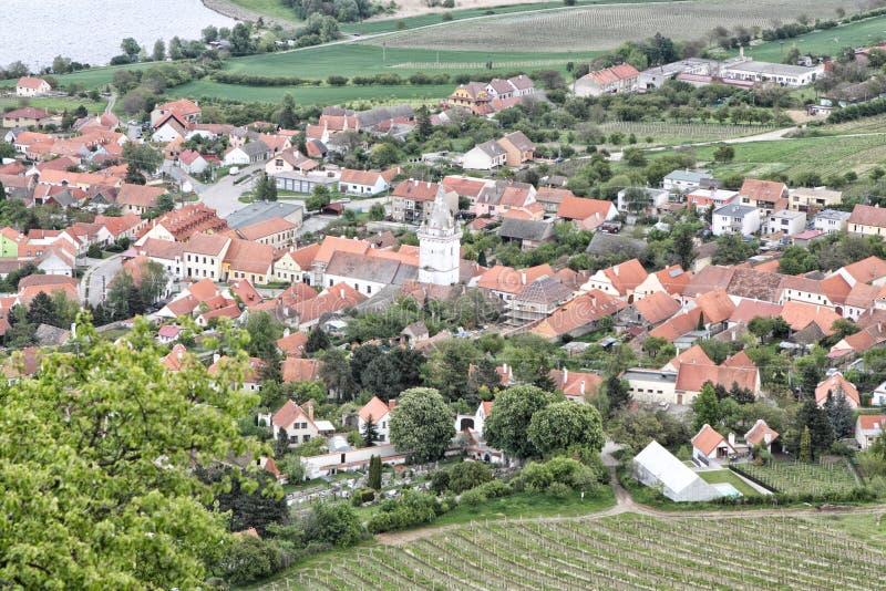 Village de Moravian avec l'église centrale d'en haut images libres de droits