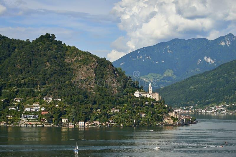 Village de Morcote avec l'église de Santa Maria del Sasso Lac Lugano image stock