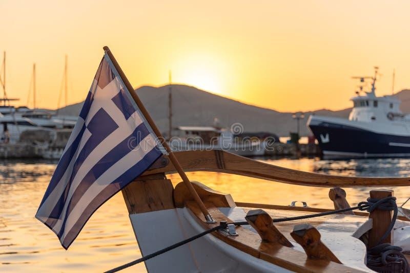 Village de Naoussa et port au coucher du soleil - mer Égée - Paros Cyclad images libres de droits