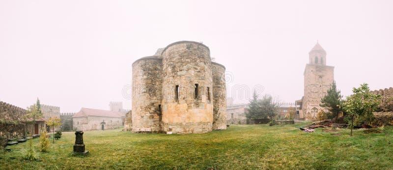 Village de Ninotsminda, région de Kakheti, la Géorgie Ruines de vieille église photographie stock