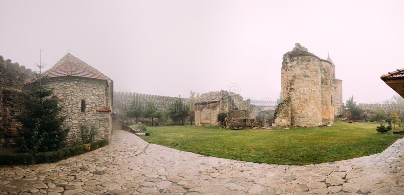 Village de Ninotsminda, région de Kakheti, la Géorgie Ruines de vieille église photos stock