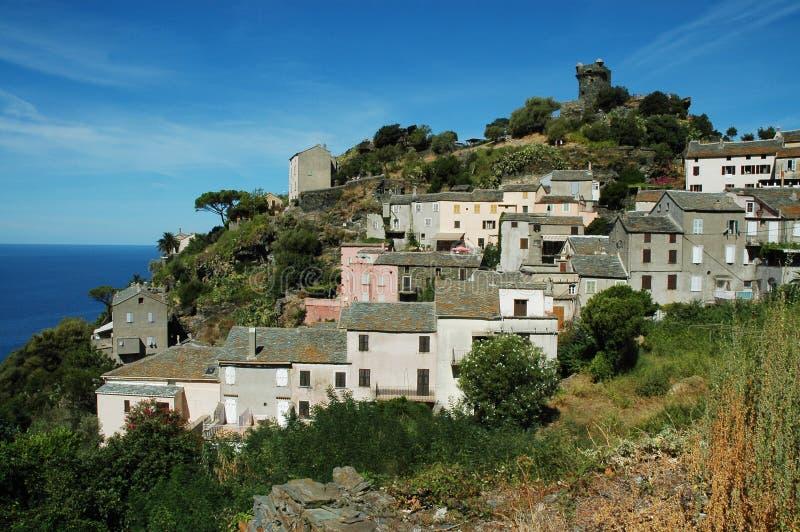 Village de Nonza avec la vue de mer. La Corse photographie stock libre de droits