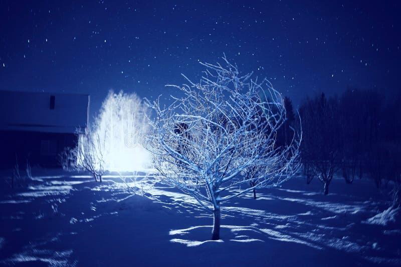 Village de nuit d'hiver avec la petite maison photos libres de droits