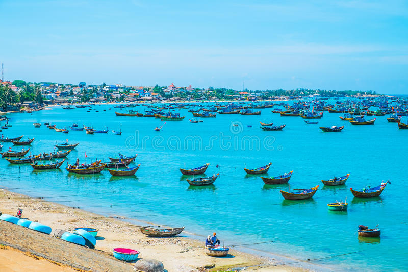 Village de pêche avec un bon nombre de bateaux photographie stock
