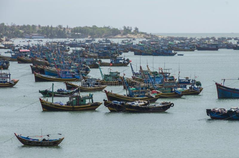 Village de pêche et bateaux de pêche colorés près de Mui Ne à un sunn photo stock