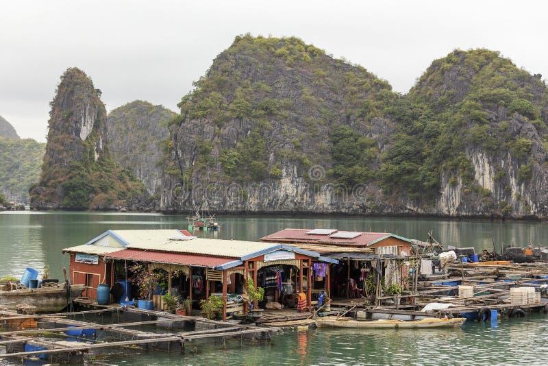 Village de p?che de flottement en Lan Ha Bay, Vietnam images libres de droits