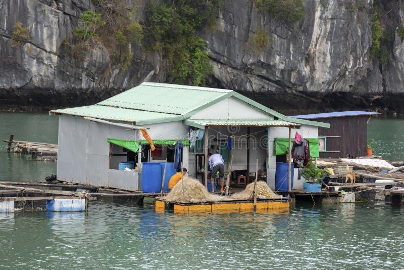 Village de p?che de flottement en Lan Ha Bay, Vietnam photos stock