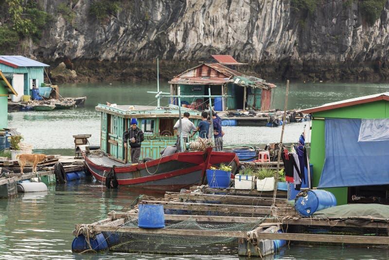 Village de p?che de flottement en Lan Ha Bay, Vietnam photographie stock