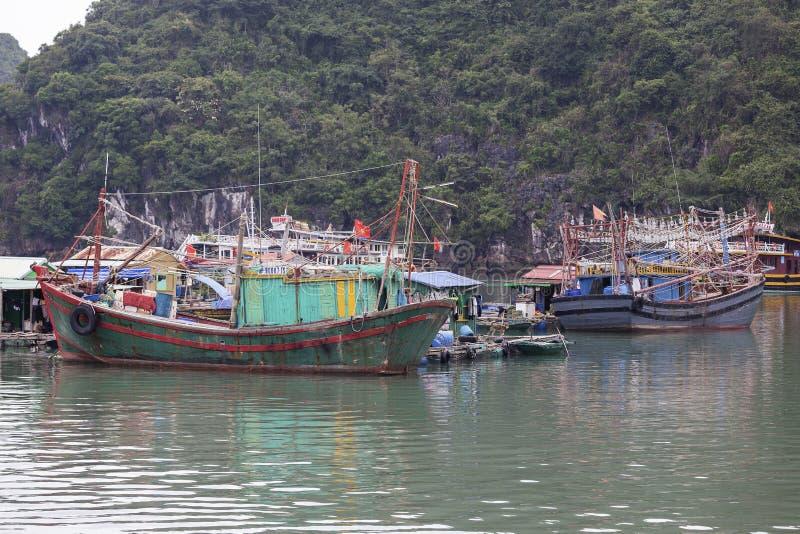Village de p?che de flottement en Lan Ha Bay, Vietnam image stock