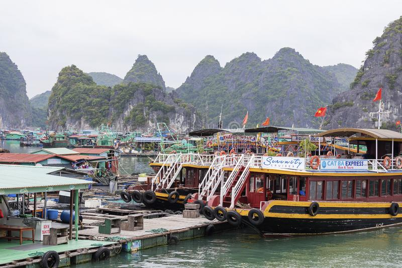 Village de p?che de flottement en Lan Ha Bay, Vietnam photographie stock libre de droits