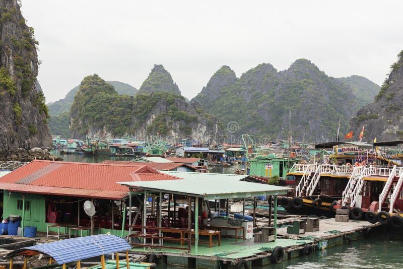 Village de p?che de flottement en Lan Ha Bay, Vietnam photos libres de droits