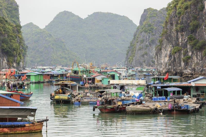 Village de p?che de flottement en Lan Ha Bay, Vietnam images stock