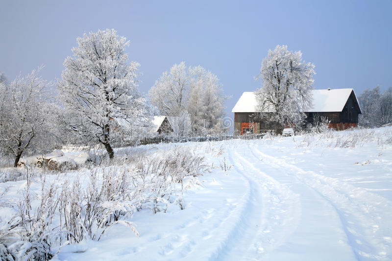Village de Pasterka en hiver d'â de neige en Pologne photo stock