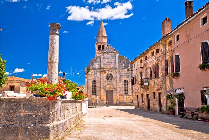 Village de place de Svetvincenat et de vue antiques d'église images stock