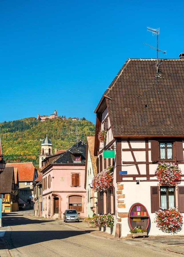 Village de Saint-Hippolyte avec le château de Haut-Koenigsbourg sur une montagne - Alsace, France images libres de droits