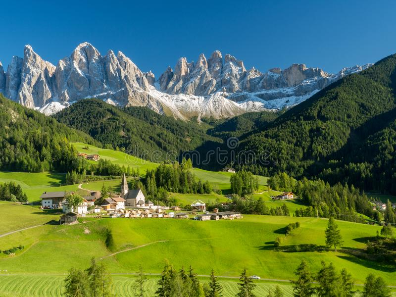 Village de Santa Maddalena devant les dolomites groupe, Val di Funes, Italie, l'Europe de Geisler ou d'Odle Septembre 2017 image stock
