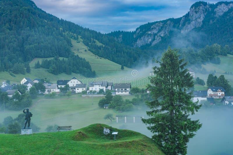 Village de Sorica en la Slovénie, les bas nuages et la brume en montagnes photographie stock libre de droits