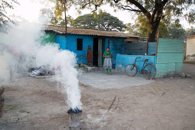 Village de Vari, maharashtra, Inde - 9 janvier 2018 : belles sortes et leurs cottages Vie quotidienne dans les villages indiens p photographie stock libre de droits