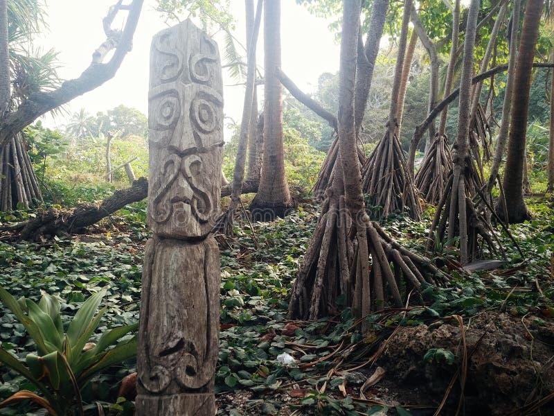 Village de Walarano, île de Malekula/Vanuatu - 9 JUILLET 2016 : statue en bois découpée de totem comme panneau d'avertissement ju photos libres de droits