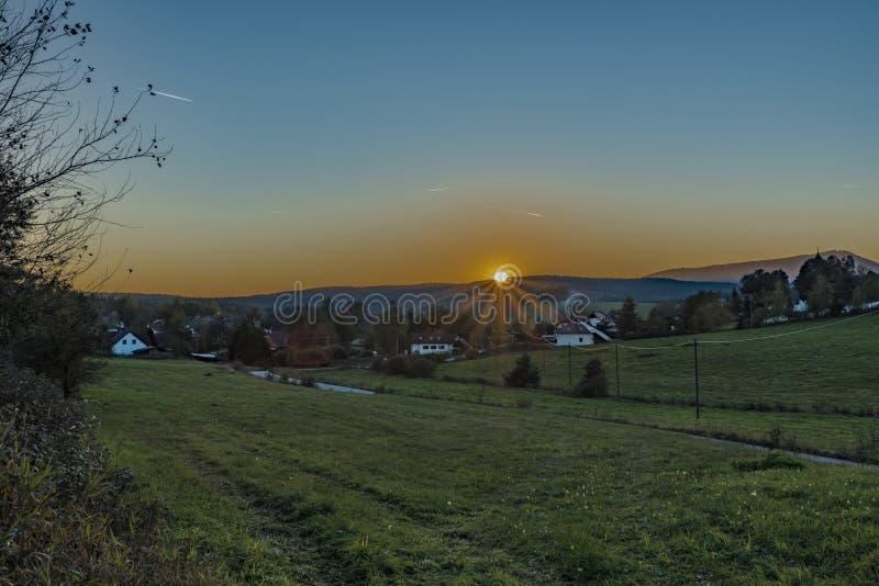 Village de Zbytiny dans le temps de coucher du soleil dans la soirée d'automne photographie stock