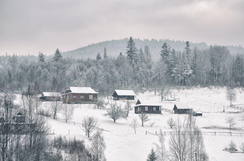 Village des Transcarpathiens dans les montagnes couvertes par la neige l'ukraine image stock