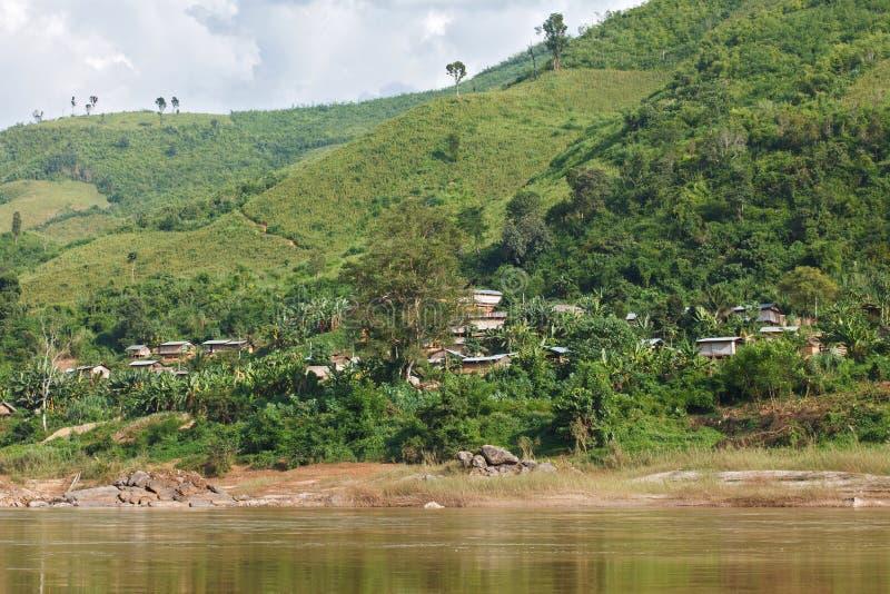 Village en bois traditionnel et agriculture chez le Mekong au Laos photo stock