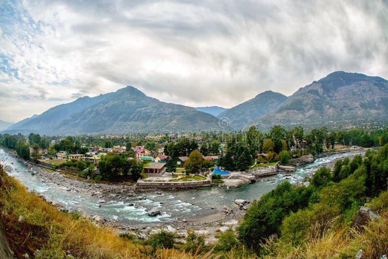 Village en vallée de Kullu, premier plan de rivière de Beas photos libres de droits