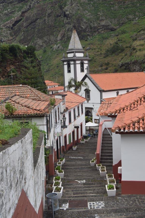 Village et église blancs couverts rouges de Pittoresque photographie stock libre de droits