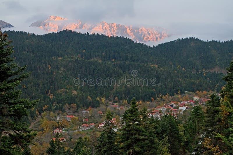 Village et montagne à la fin de l'après-midi image libre de droits
