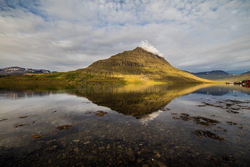 Village et montagne de paysage de l'Islande photographie stock libre de droits