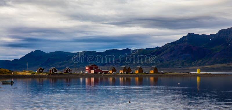 Village et montagne de paysage de l'Islande photo libre de droits