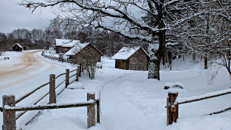 Village et moulin russes image libre de droits