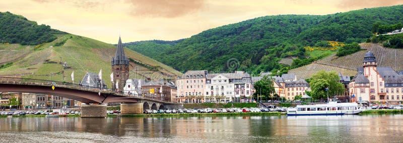 Village et rivière imagés la Moselle de station thermale de bernkastel image stock