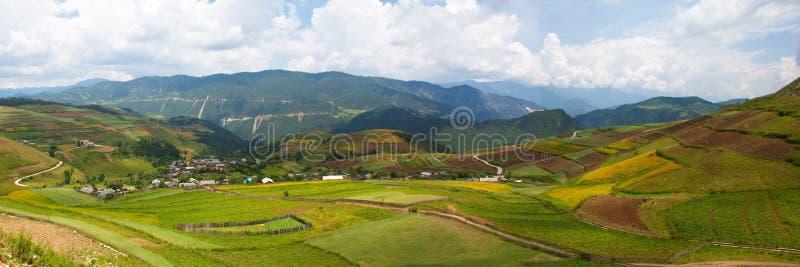 Village et zone sur la montagne image stock
