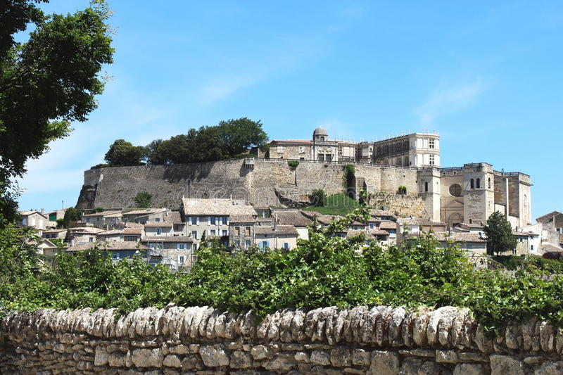 Village français de sommet de Grignan image stock