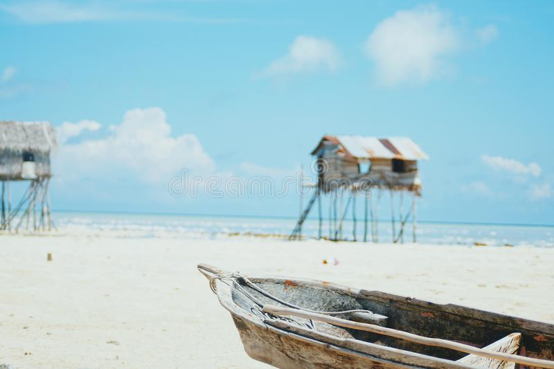Village gitan de mer au rivage de l'île de Maiga, Semporna, Sabah, Malaisie photos stock