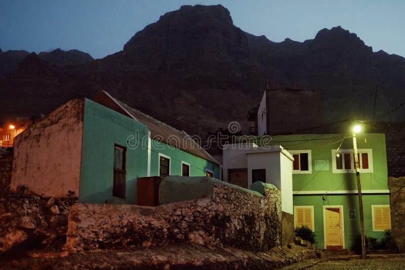 village la nuit avec les bâtiments colorés toujours tellement typiques sous les falaises très hautes image stock