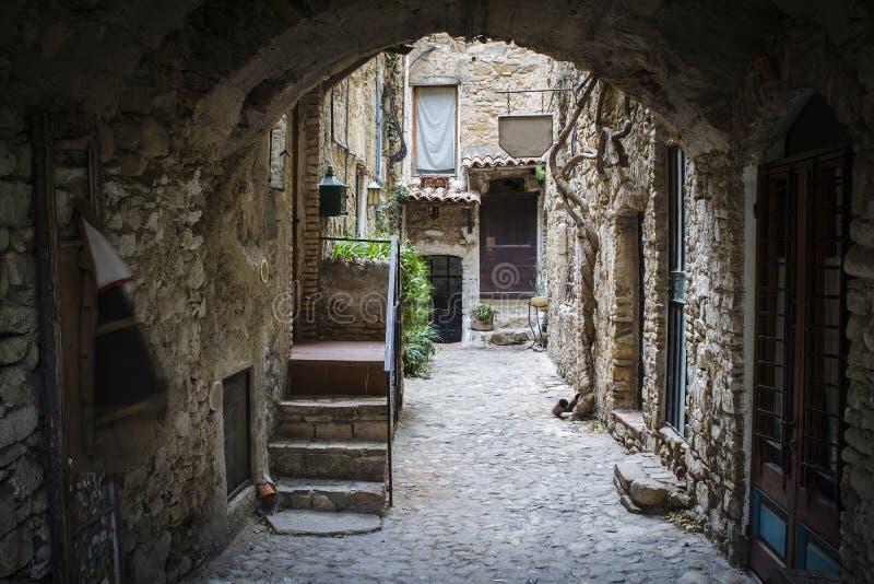 Village ligurien antique avec la maison en pierre photos stock