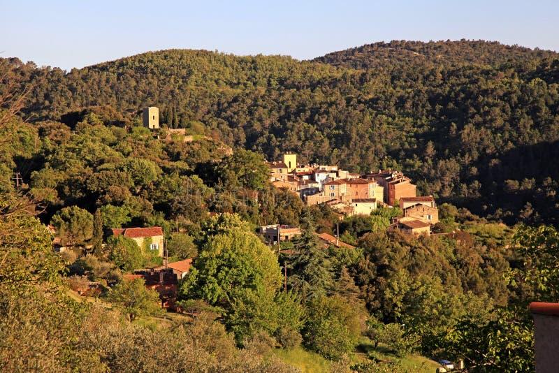 Village médiéval avec le paysage de Forest Hills, Provence, France photo libre de droits